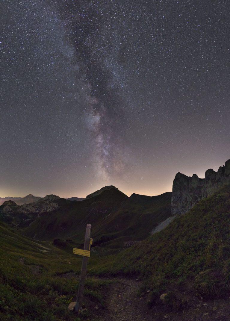 voie lactée depuis les hauteurs des alpes